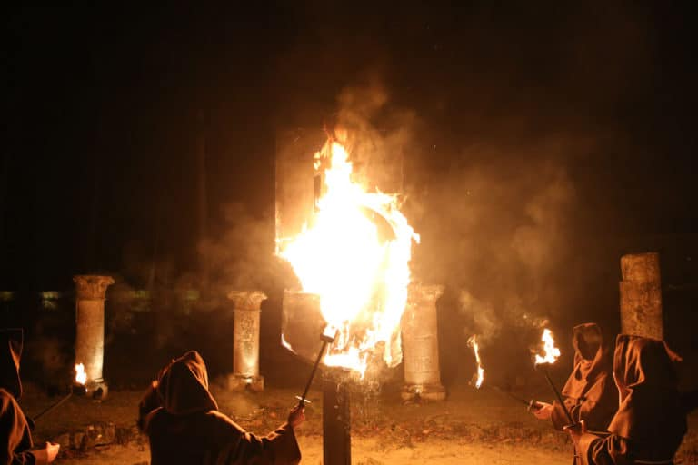 moine torche ancien bougies ruines de royaumont abbaye de royaumont teaser video soiree insolite the last monastery 5 ans wato agence wato we are the oracle evenementiel events