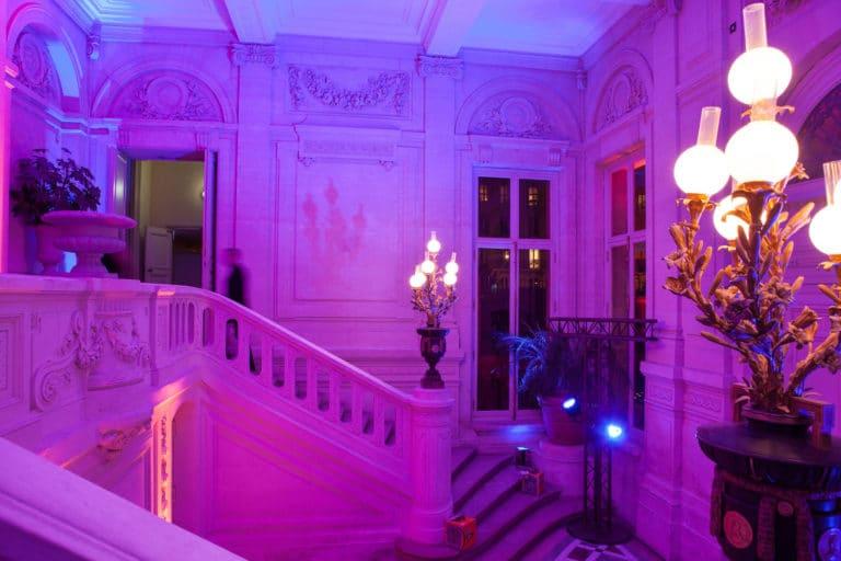 escalier éclairage violet salon hotel particulier paris hotel Salomon de Rotchield paris france agence wato we are the oracle evenementiel events