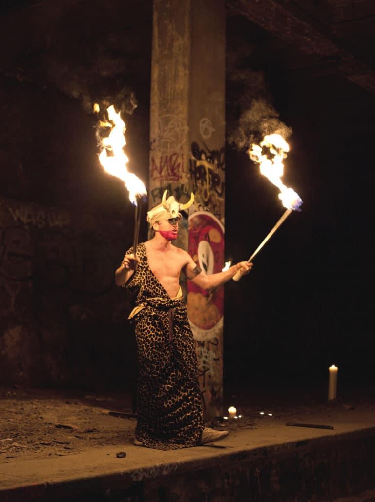 wato-agence-evenementielle-paris-the-urban-tribe-dinner-gare-abandonnée-acteur-flammes