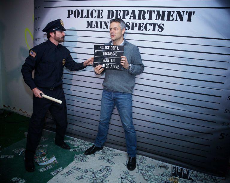 Amazon-soiree-banque-abandonnee-anne-90-evenementiel-corporate-wato-paris-agence-experientiel-police-mughsot-photobooth-arrestation-