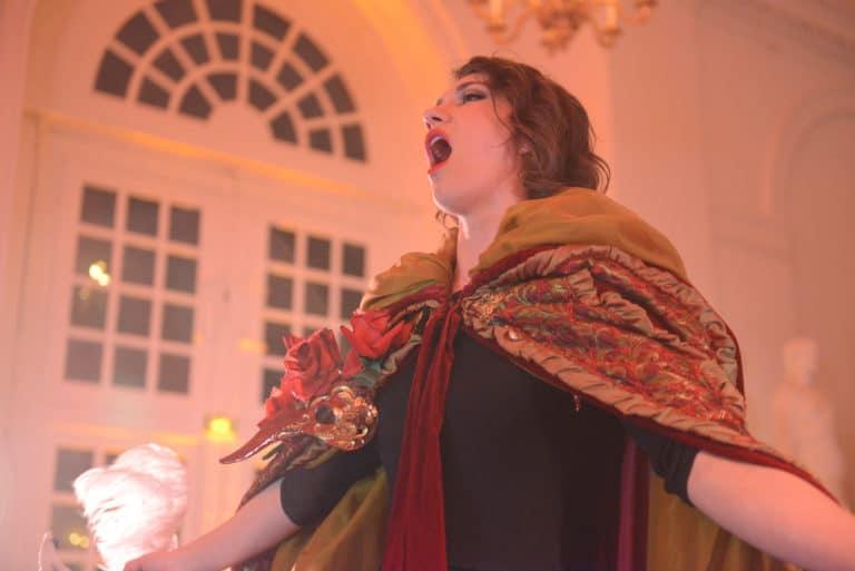 Amelia Feuer chanteuse d opéra cantatrice robes masques venise evenement sur mesure scenographie sur mesure une nuit a venise icdc cnpti agence wato we are the oracle evenementiel events
