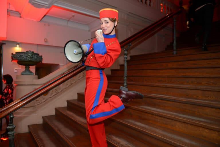 escaliers foyer actrice salle de spectacle concert parisien paris france megaphone theme cirque soiree coporate scenographie sur mesure bva circus agence wato we are the oracle evenementiel events