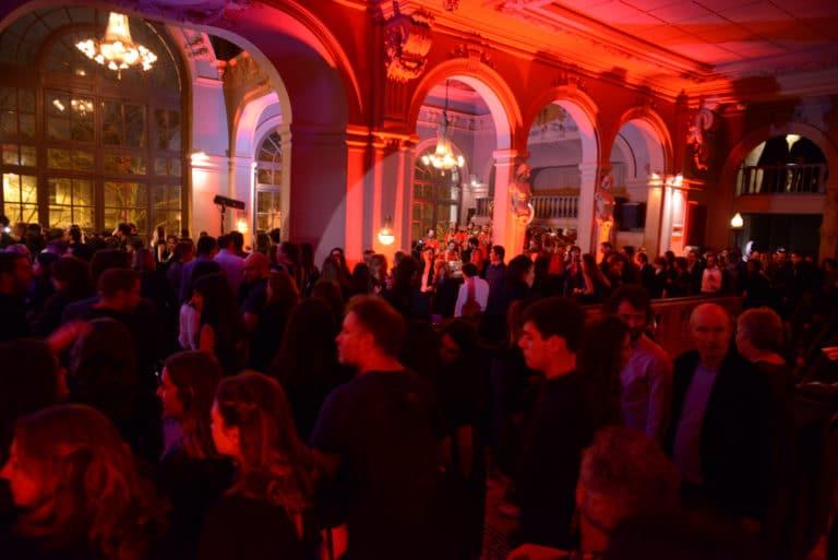 cocktail salle de bal foyer cocktail champagne cirque salle de spectacle concert parisien paris france soiree coporate scenographie sur mesure bva circus agence wato we are the oracle evenementiel events