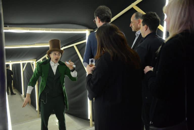 Neuflize acteur néon costume maitre du temps invités champagne parcours théatral chapeau veste soirée event bal lumineux agence wato banque lieu insolite brut urbain paris