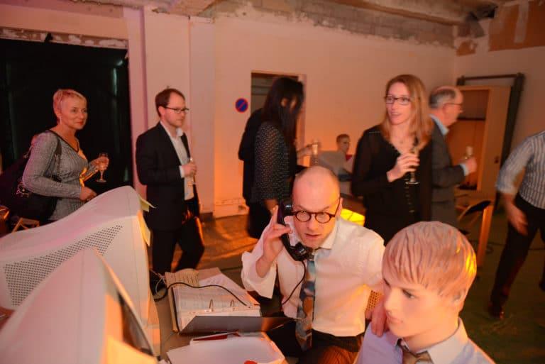 Neuflize banque ordinateur parcours théatral acteur mannequin costume cravate invités téléphone soirée event bal lumineux agence wato banque lieu insolite brut urbain paris.