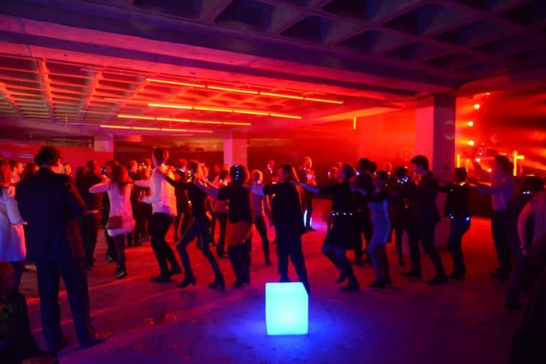Neuflize dancefloor danse néon lumière soirée event bal lumineux agence wato banque lieu insolite brut urbain paris