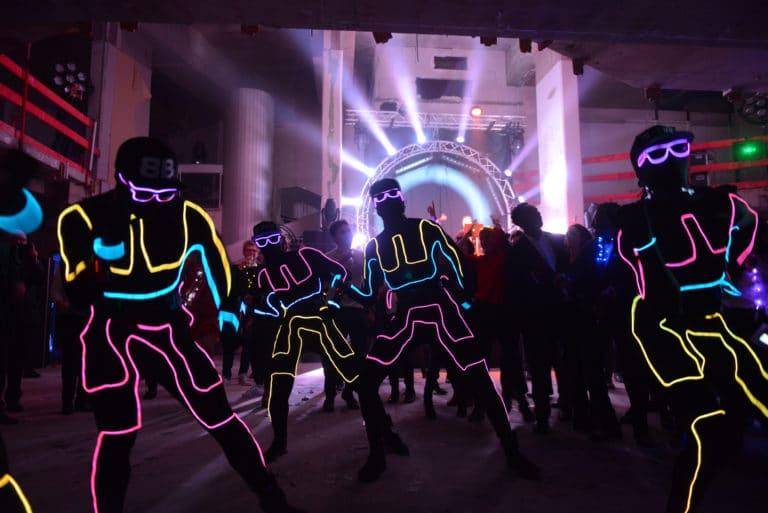 Neuflize danseurs hiphop costume néon performance dancefloor danse chorégraphie robot casquette lunette soirée event bal lumineux agence wato banque lieu insolite brut urbain pari