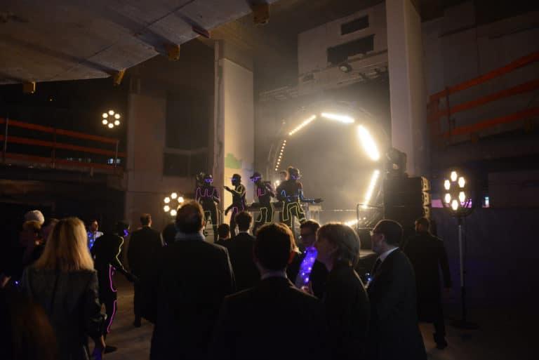 neuflize dancefloor scène lights spots prolytes dj banque abandonnée confettis lieu insolite scenographie sur mesure le bal lumineux soirée privé banque agence wato evenementiel events