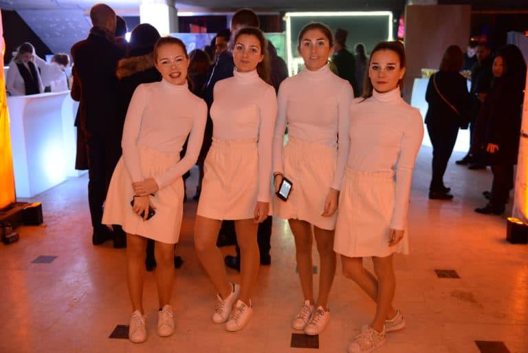 Neuflize entrée hotesses uniforme blanc futuriste scanner néon filles equipe soirée event bal lumineux agence wato banque lieu insolite brut urbain paris