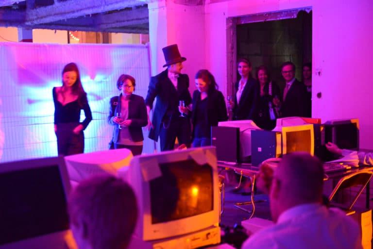 Neuflize parcours théatral invités acteur costume comédien ordinateur bureau écrans soirée event bal lumineux agence wato banque lieu insolite brut urbain paris.
