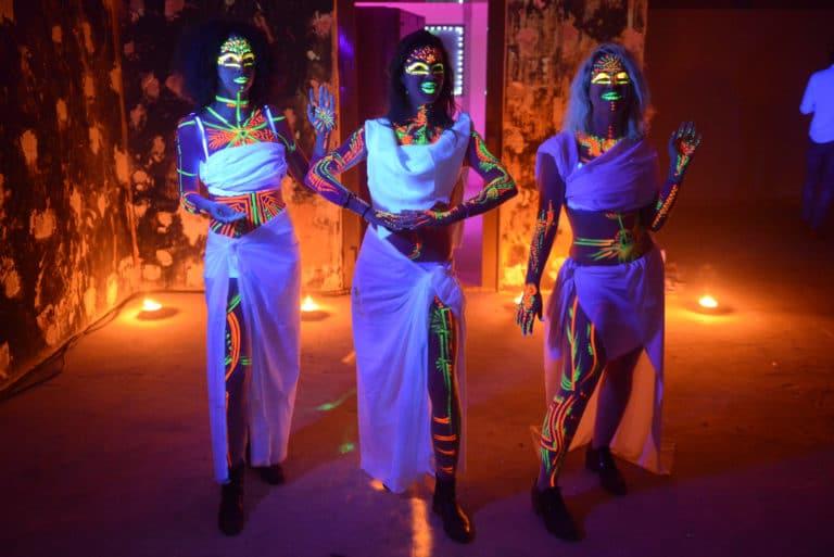 Neuflize pretresses filles toges robe bougies lumière noire néon bodypainting make up maquillage soirée event bal lumineux agence wato banque lieu insolite brut urbain paris.