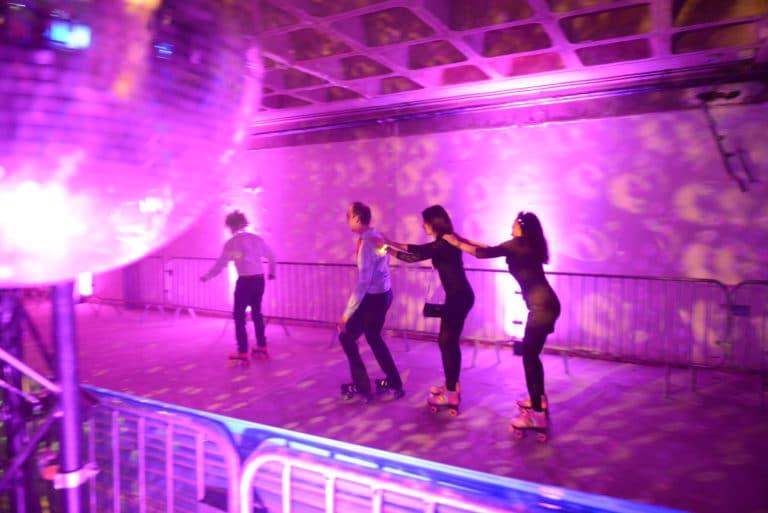 Neuflize roller disco equipe team boule à facette discoball patins à roulette soirée event bal lumineux agence wato banque lieu insolite brut urbain paris