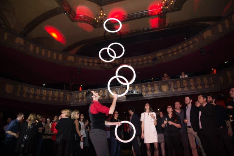 actrice jongleurs cerceau happening performeur trianon theatre soiree coporate evenement sur mesure bva circus agence wato we are the oracle evenementiel events