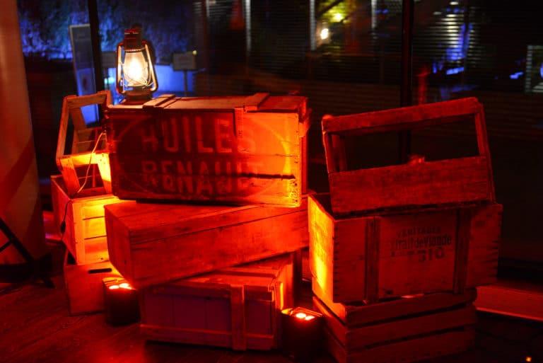 caisses en bois decor sur mesure lanterne soiree intime immersive evenement sur mesure prohibition the hemingway club marriott international agence wato we are the oracle evenementiel events