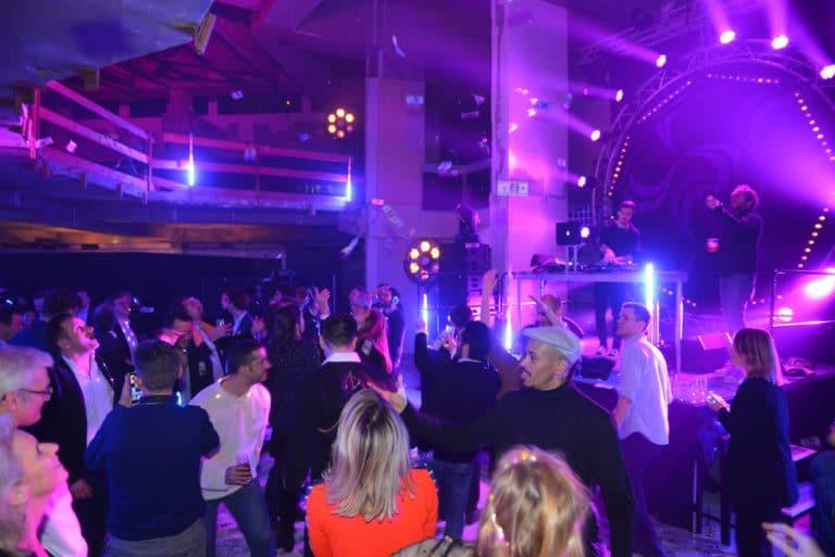 dancefloor scène lights spots prolytes dj banque abandonnée confettis lieu insolite scenographie sur mesure le bal lumineux soirée privé banque agence wato evenementiel events
