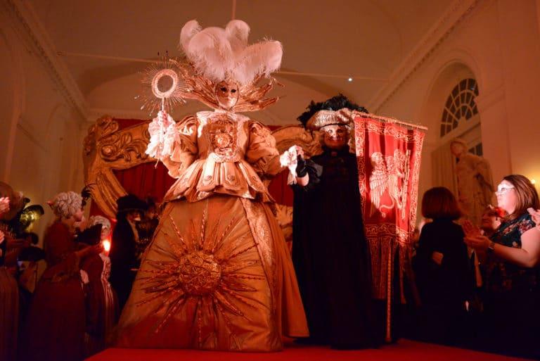 defile venitiens robes masques venise costumes epoque evenement sur mesure scenographie sur mesure une nuit a venise icdc cnpti agence wato we are the oracle evenementiel event
