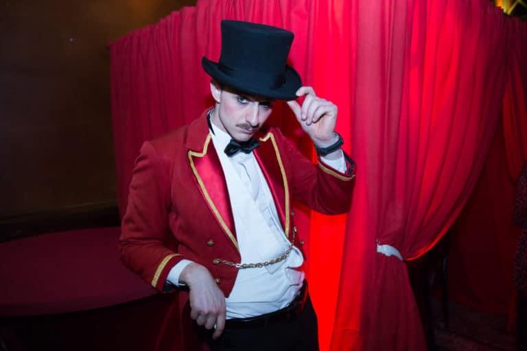 gregoire desrousseaux mr loyal costume theatre parisien paris france megaphone theme cirque soiree coporate scenographie sur mesure bva circus agence wato we are the oracle evenementiel events