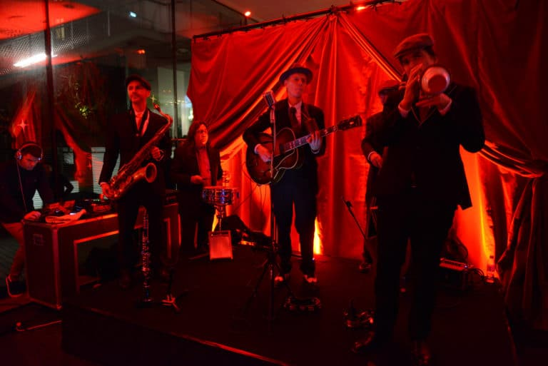 marriot-musiciens-swing-band-costume-instrument-scene-chapeau-rideau-velours-soiree-prohibition-annees-folles-1920-event-hemingway-club-agence-wato-marriott-international-hotel-paris