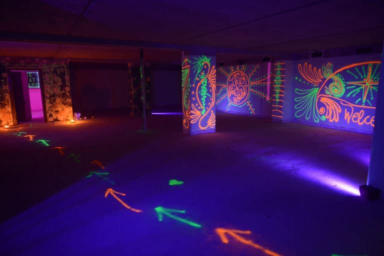 peinture fluorescente street art graffitis banque abandonnée lieu insolite scenographie sur mesure le bal lumineux soirée privé banque agence wato evenementiel event