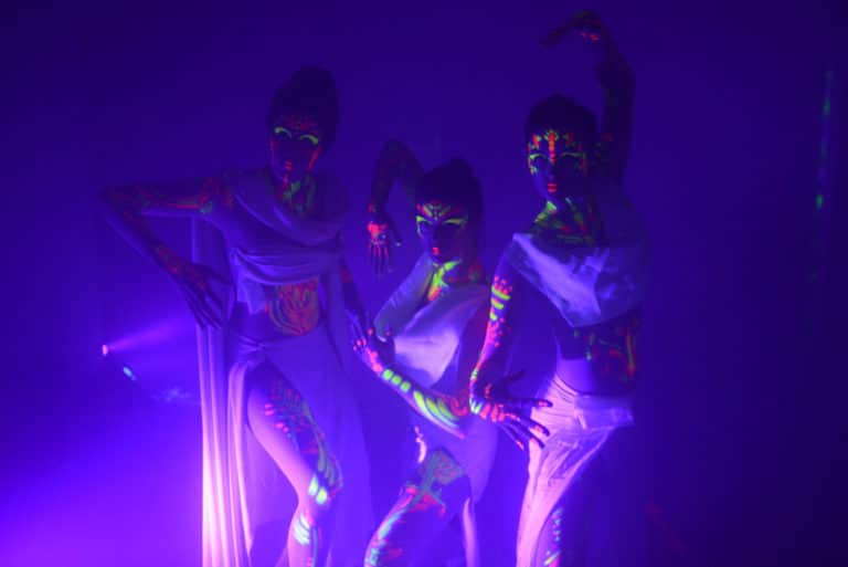 performeuses make up artiste neons lumiere noire body painting kick of 2018 sopra banking software transformation digitale agence wato we are the oracle evenementiel events