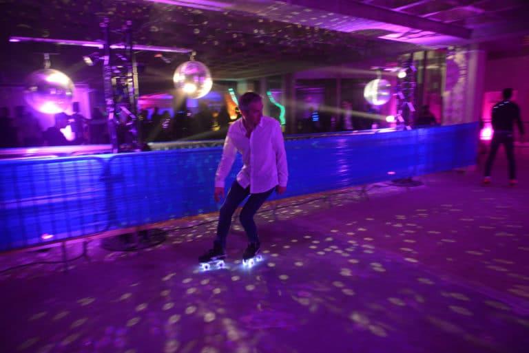 roller disco banque abandonnée lieu insolite scenographie sur mesure le bal lumineux soirée privé banque agence wato evenementiel events