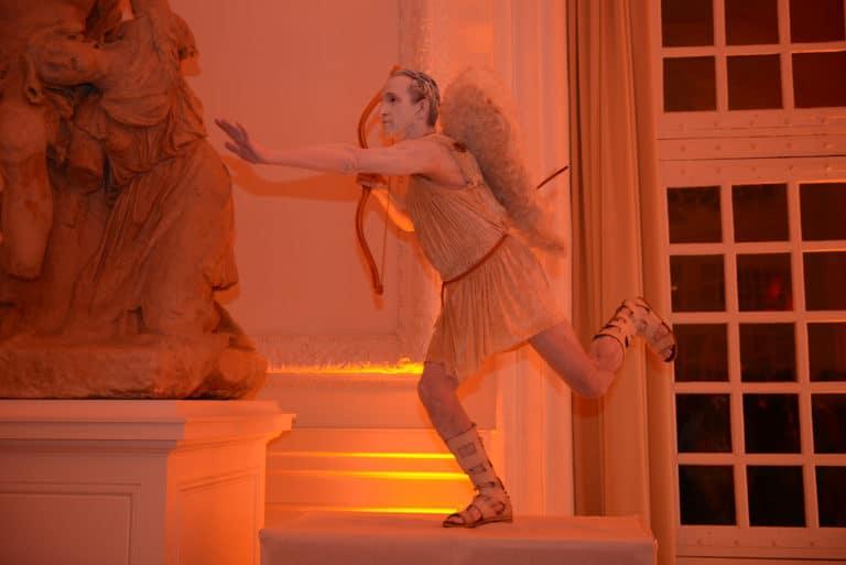 statue cupidon ailes arc costumes epoque robes masques venise evenement sur mesure scenographie sur mesure une nuit a venise icdc cnpti agence wato we are the oracle evenementiel events
