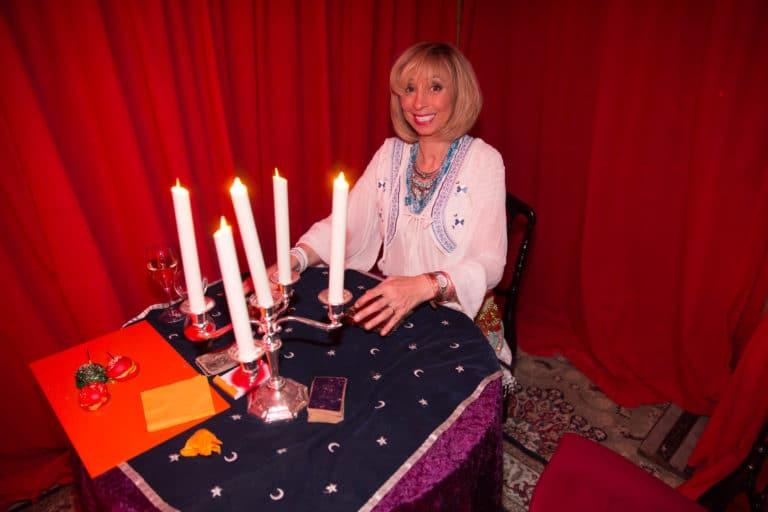 verone garnier actrice cartomancienne voyante tarot bougies trianon theatre soiree coporate evenement sur mesure bva circus agence wato we are the oracle evenementiel events