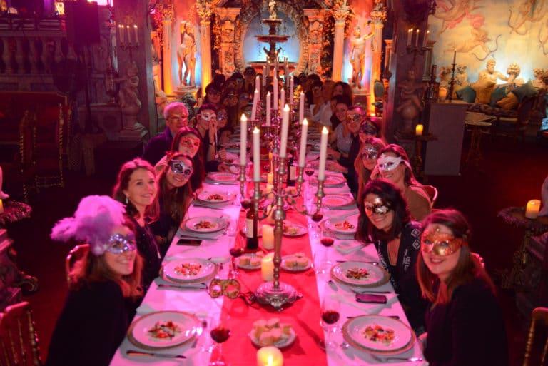 Human n partners équipe team masques table bougie chandelier baroque or rouge diner venise italie agence wato paris soirée event corporate evenementiel