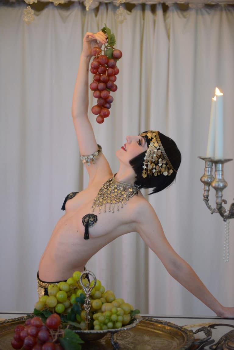 la dandizette Human n partners performance danseuse burlesque baroque raisin nue chandelier venise italie agence wato paris soirée event corporate evenementiel