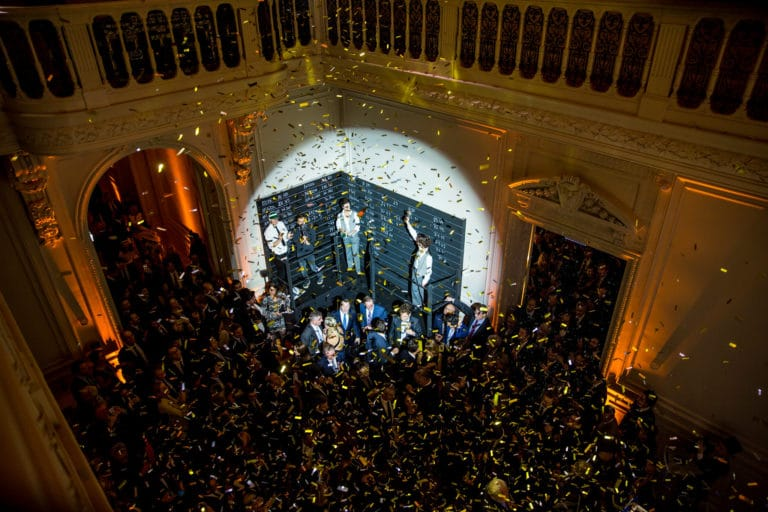 bourse confettis acteurs scenographie sur mesure soiree spectaculaire hotel particulier paris france wall street Raymond James agence wato we are the oracle evenementiel events