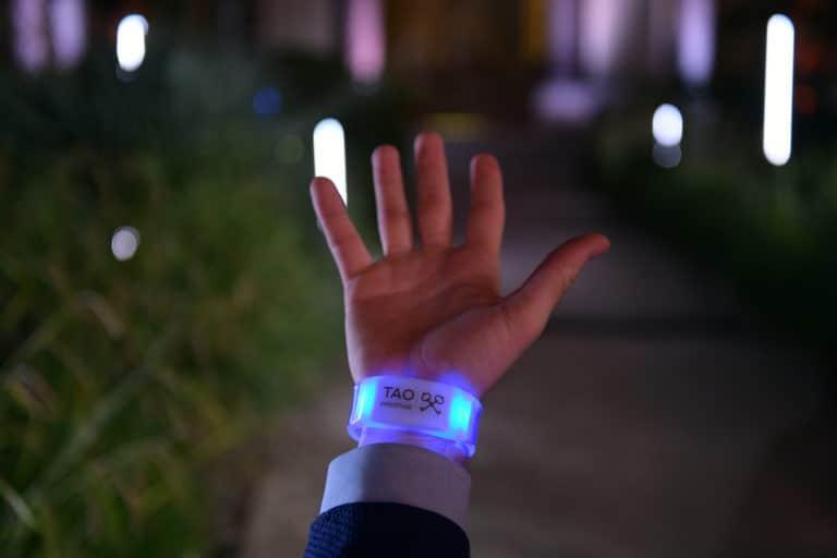 bracelets led connectes personnalises logo tao prestige conciergerie de luxe 10 ans jardin petit palais paris france agence wato we are the oracle evenementiel event