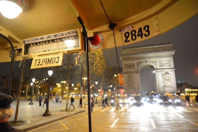 bus ancien 1930 transport insolite arc de triomphe paris france evenement intimiste scéographie sur mesure Human n partners agence wato paris soirée event corporate evenementiel events