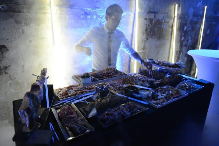 cocktail traiteur cuisiner charcuterie jambon saucisson cafe A paris soiree corporate futuriste evenement sur mesure bollore odysee connectee wifirst agence wato we are the oracle evenementiel events