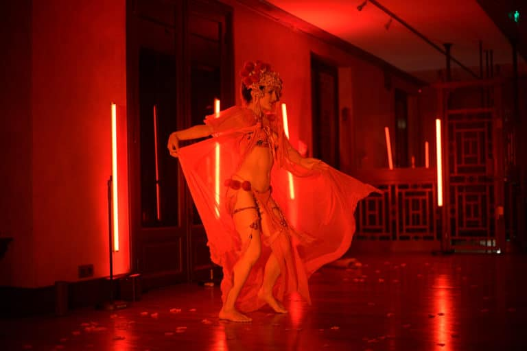 dinner geisha danseuse burlesque performance hotel particulier pagode chinoise scenographie sur mesure paris chine france agence wato we are the oracle evenementiel events