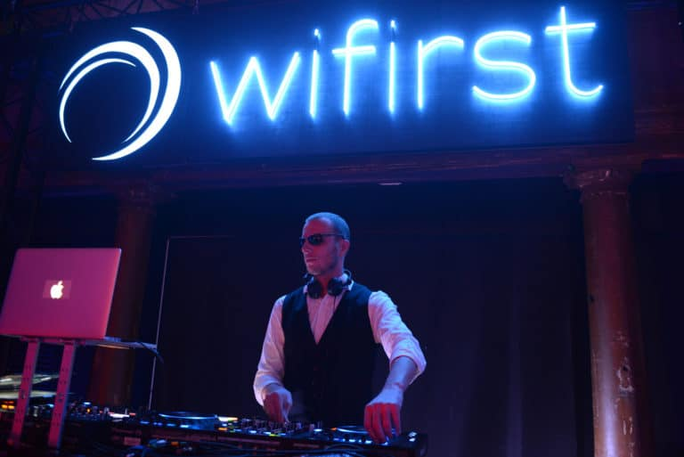 dj disque jockey deejay logo wifirst sur mesure cafe A discours paris soiree corporate futuriste evenement sur mesure bollore odysee connectee wifirst agence wato we are the oracle evenementiel events