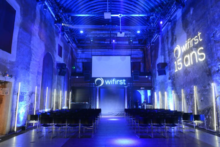 eclairage interieur cafe A lieu exceptionnel logo wifirst paris soiree corporate futuriste evenement sur mesure bollore odysee connectee wifirst agence wato we are the oracle evenementiel events