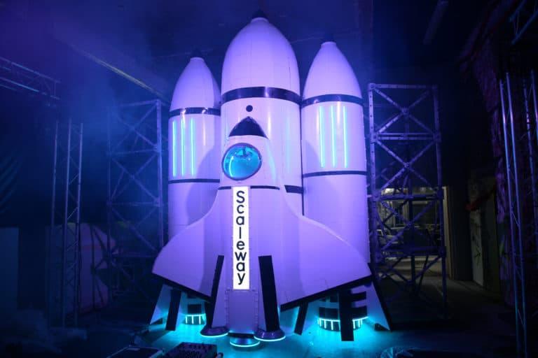 fusee-personnalisee-soiree-surprise-deguisements-astronautes-cosmonautes-salon-scaleway-scenographie-sur-mesure-scaleway-scaleday-paris-france-agence-wato-we-are-the-oracle-evenementiel-event