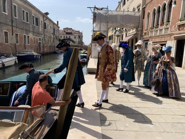 groupe-invites-costumes-montent-a-bord-taxi-venitien-canal-venise
