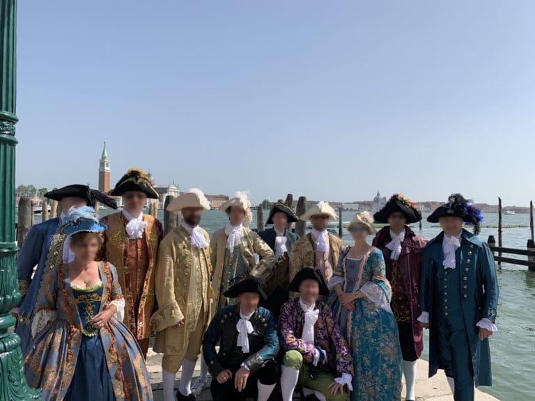 groupe-invites-costumes-seminaire-venise-lagune
