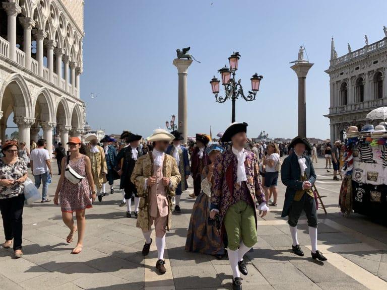 groupes-invites-costumes-place-saint-marc-venise-italie