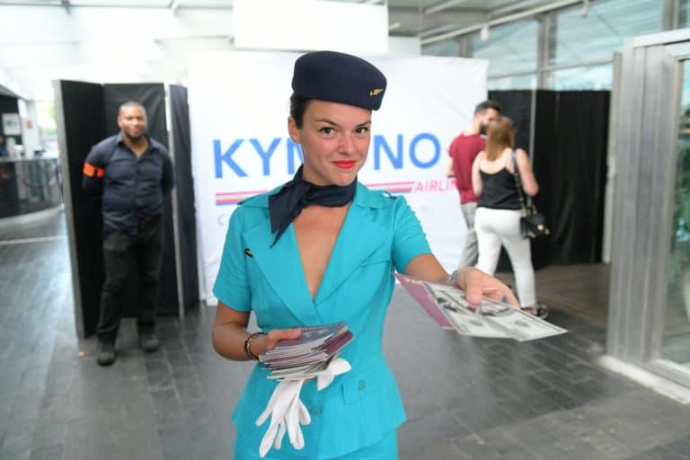 laura chrétien hotesse de l air vintage check in controle des billets avions enregistrement aeroport vintage Kymono agence wato we are the oracle evenementiel event