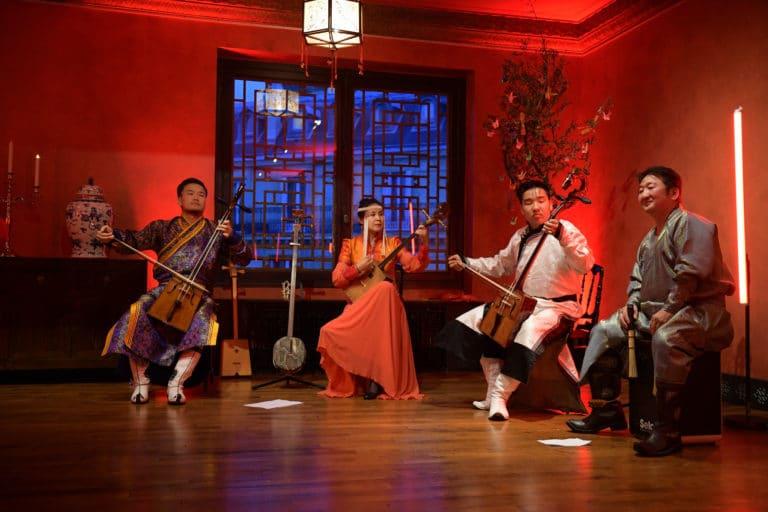 la mélodie des steppes chants diphoniques mongols instuments traditionnels concert de musique mongole pagode chinoise scenographie sur mesure paris chine france agence wato we are the oracle evenementiel events