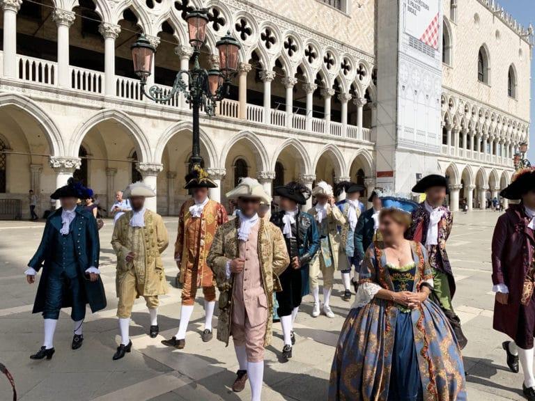 invites-costumes-palais-des-doges-place-saint-marc-venise-italie