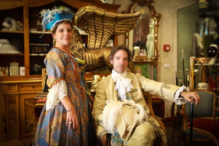 invites-costumes-posent-chez-nicola-o-venise