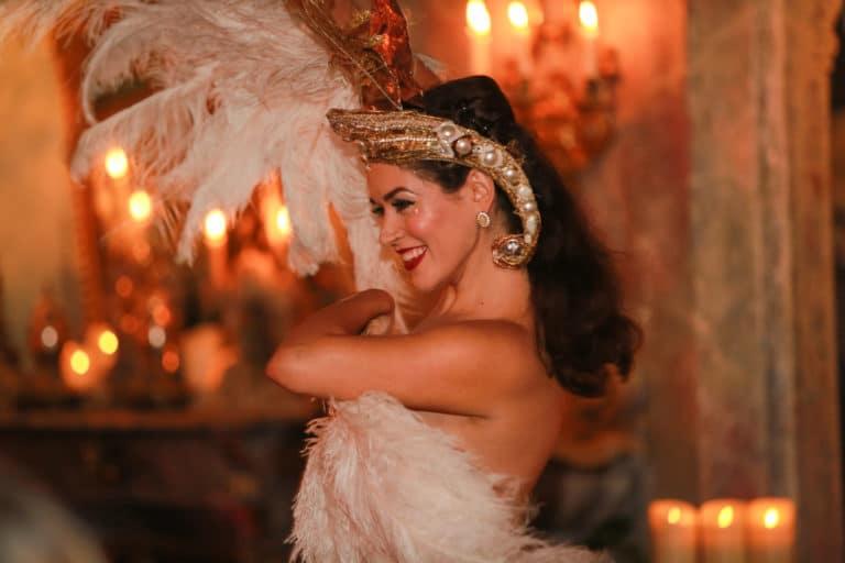 la dandizette danseuse burlesque happening lieu mysterieux paris france agence 4 people client leboncoin agence wato we are the oracle evenementiel events