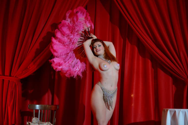 maud d'amour danseuse burlesque international scenographie sur mesure hotel particulier paris france soiree corporate wall street Raymond James agence wato we are the oracle evenementiel events