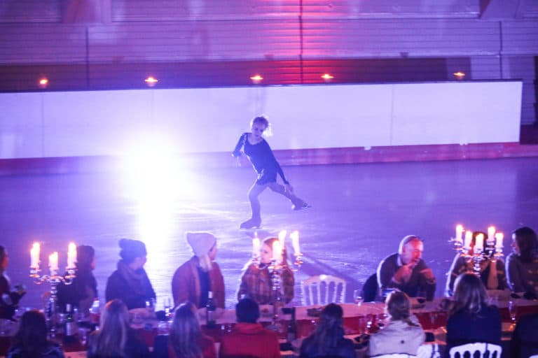 patineuse professionnelle patinage artistique patinoire pailleron privatisation diner insolite paris france diner sur la glace leboncoin agence wato we are the oracle evenementiel