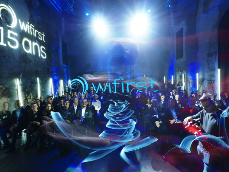 cafe A pause longue lightpainter professionnel ligthpainting discours soiree corporate futuriste evenement sur mesure bollore odysee connectee wifirst agence wato we are the oracle evenementiel events
