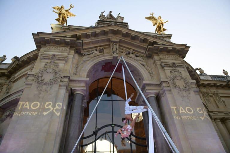 luna maud selwan performance aerienne exceptionnelle gobos logo tao prestige conciergerie de luxe 10 ans jardin petit palais paris france agence wato we are the oracle evenementiel event
