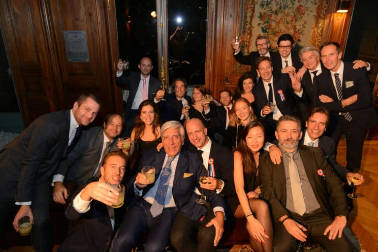 photo de groupe whisky scenographie sur mesure soiree spectaculaire hotel particulier XIX paris wall street Raymond James agence wato we are the oracle evenementiel events